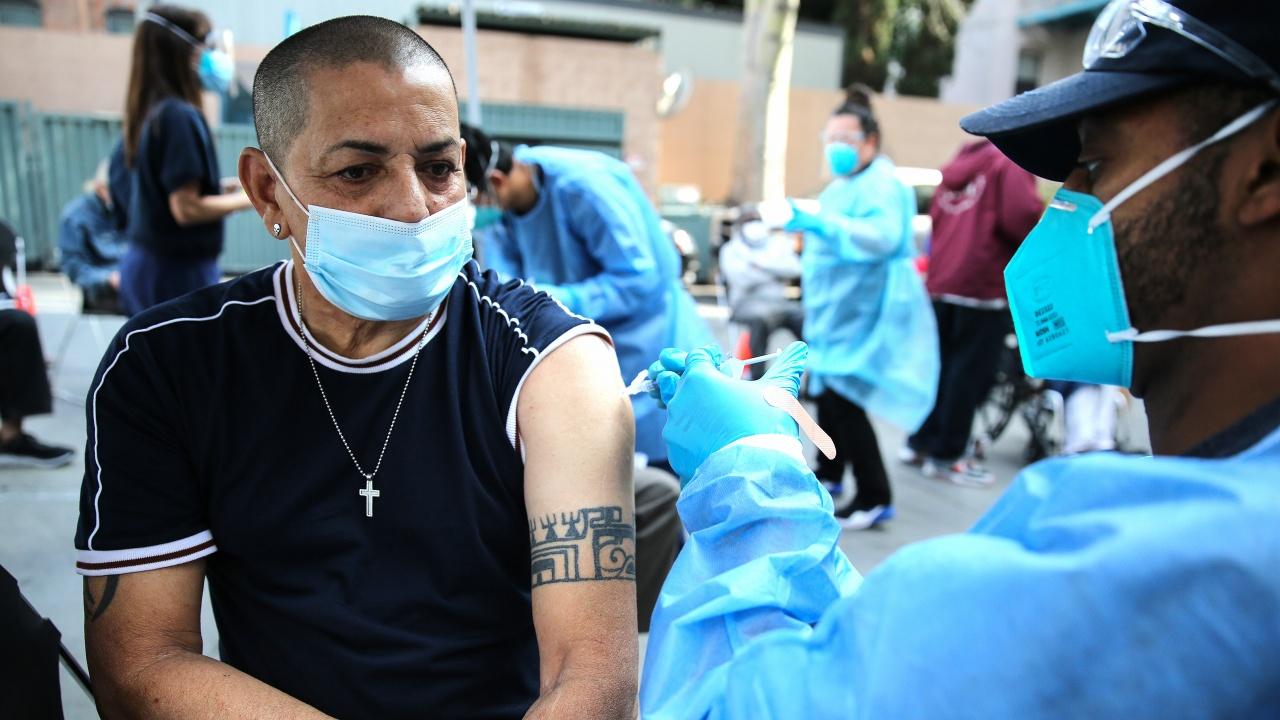 Новите случаи на коронавирус в Калифорния намаляват, но починалите са много