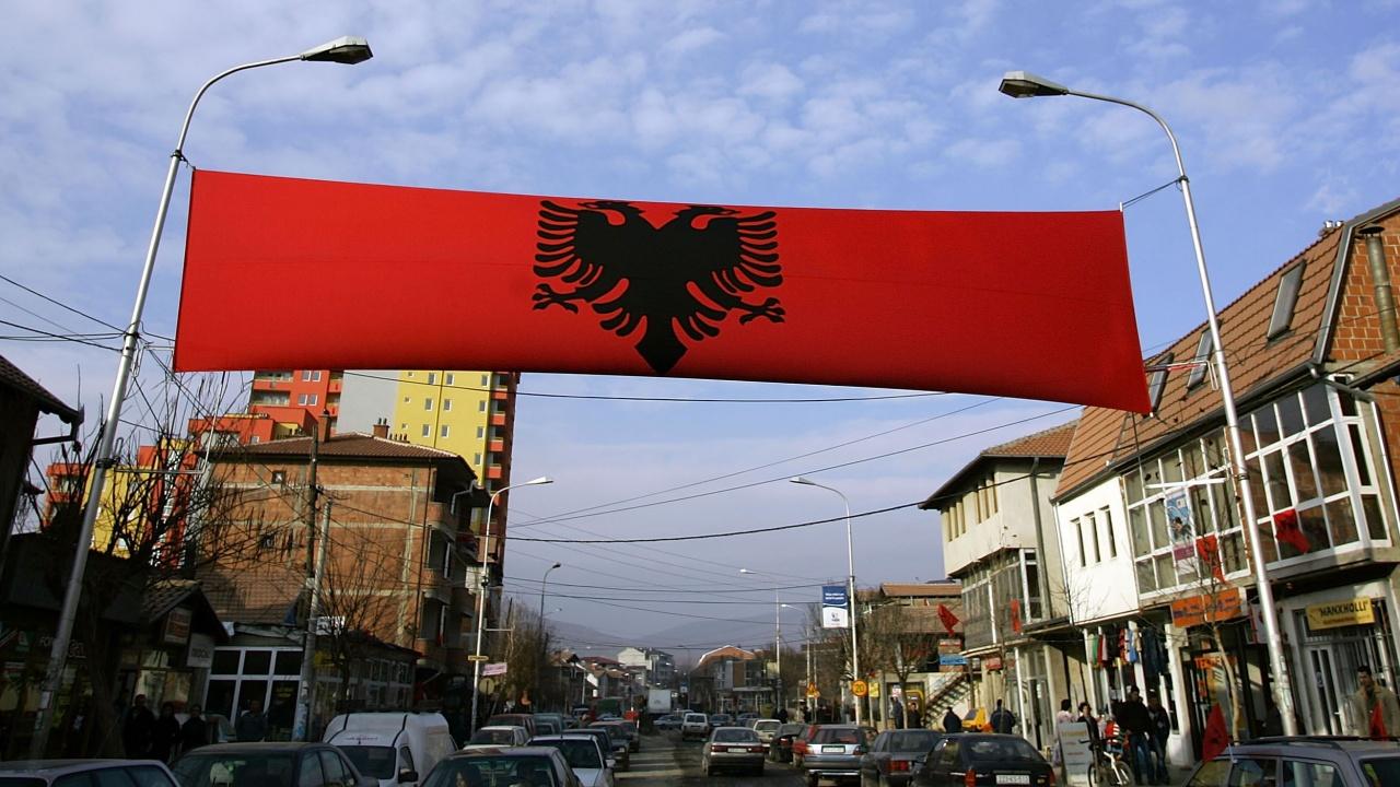 Танци и албански знамена в Прищина
