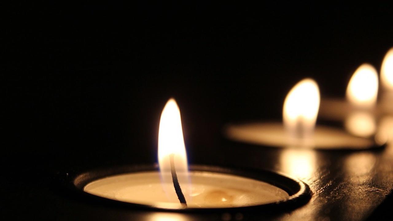 Организираха бдение със свещи пред Столична община заради смъртта на 16-годишното момче