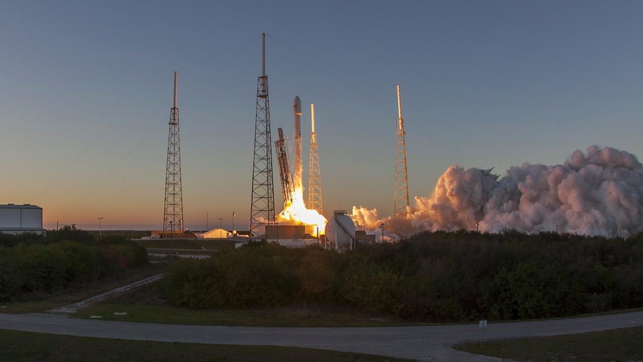 Спейс Екс изстреля ракета носител с 60 микросателита