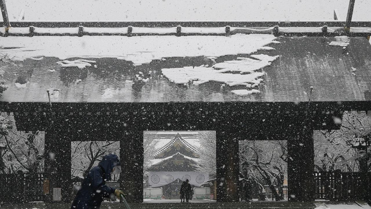 Зимна буря предизвика нарушения на транспорта в Япония