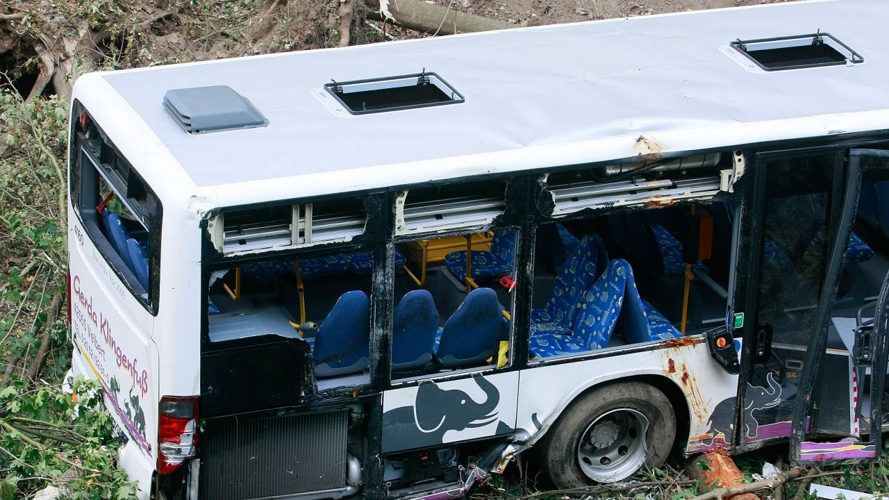 Автобус падна в канал в Индия, загинаха най-малко 35 души