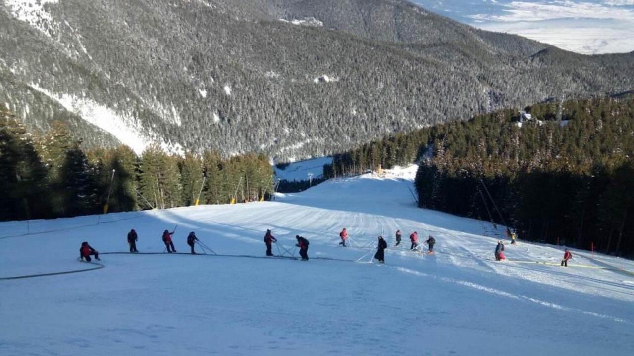 30 смолянски алпийци  участват в подготовката и провеждането на състезанията от световния ски календар в Банско
