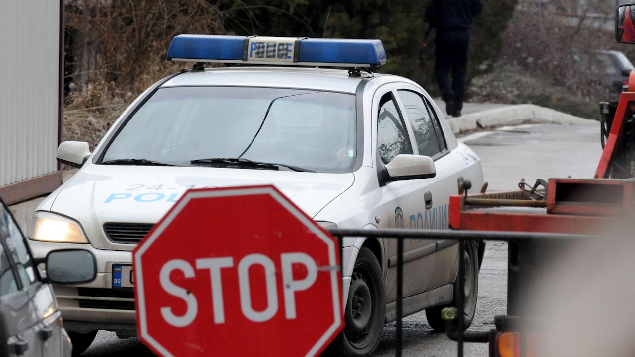 Моторист без книжка опита да подкупи полицаи