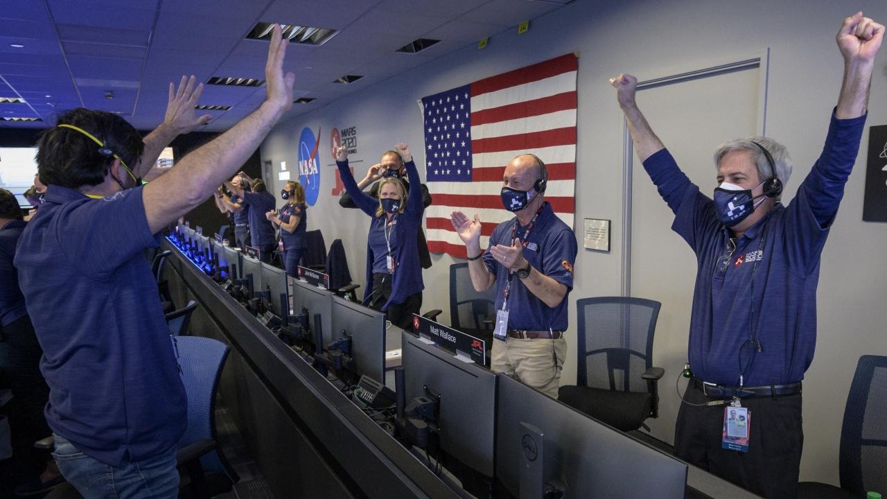 """Марсоходът на НАСА """"Пърсивиърънс"""" кацна успешно на Марс"""
