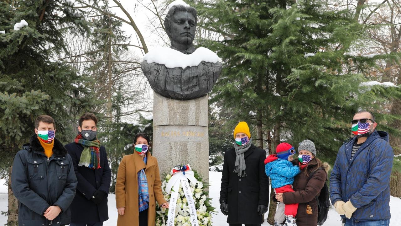 Херо Мустафа положи цветя пред паметника на Васил Левски