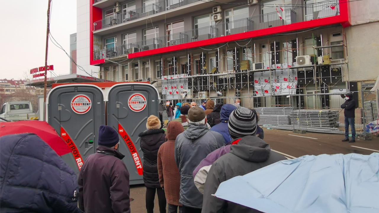 Ваксинация на скорост: Опашки се вият пред Пирогов