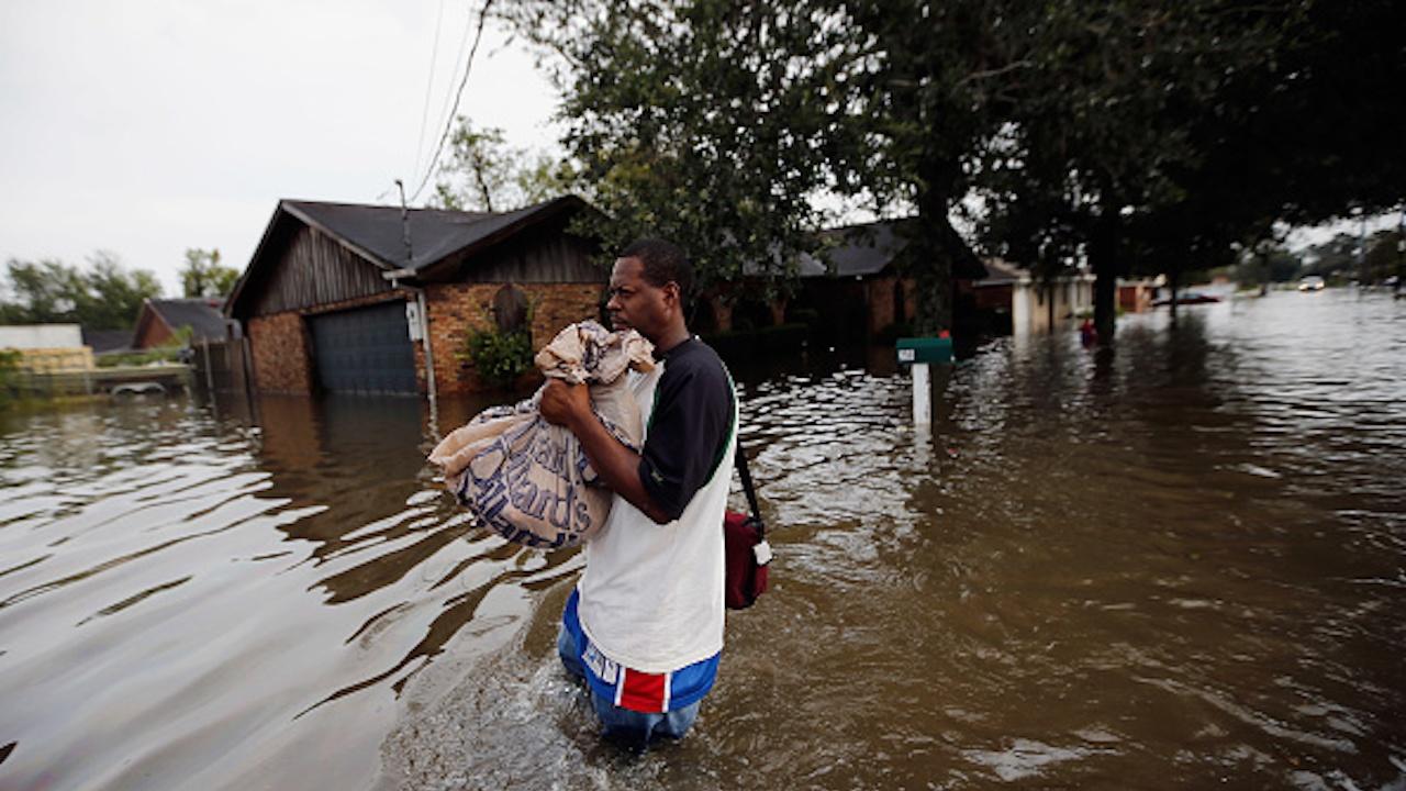 Тропическата буря Дуджуан остави хиляди хора без електричество на Филипините