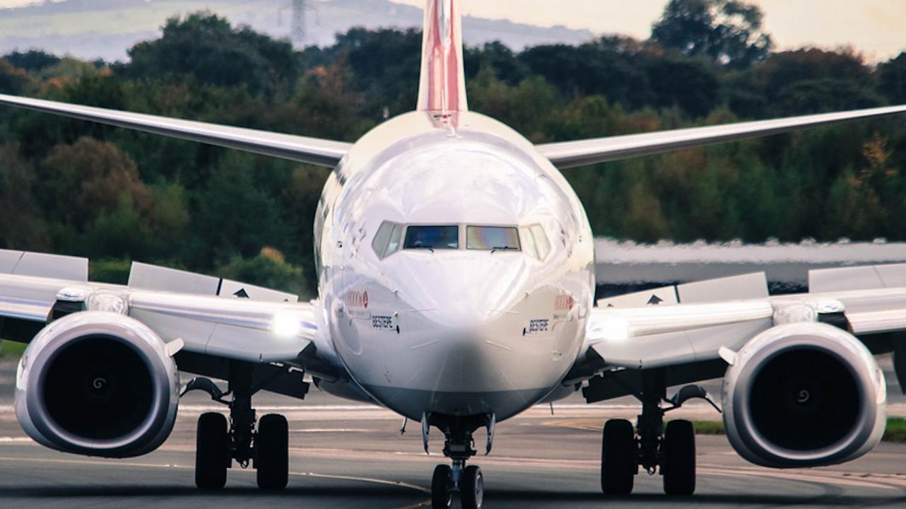 Пътници заснеха как самолет се разпада във въздуха над Денвър