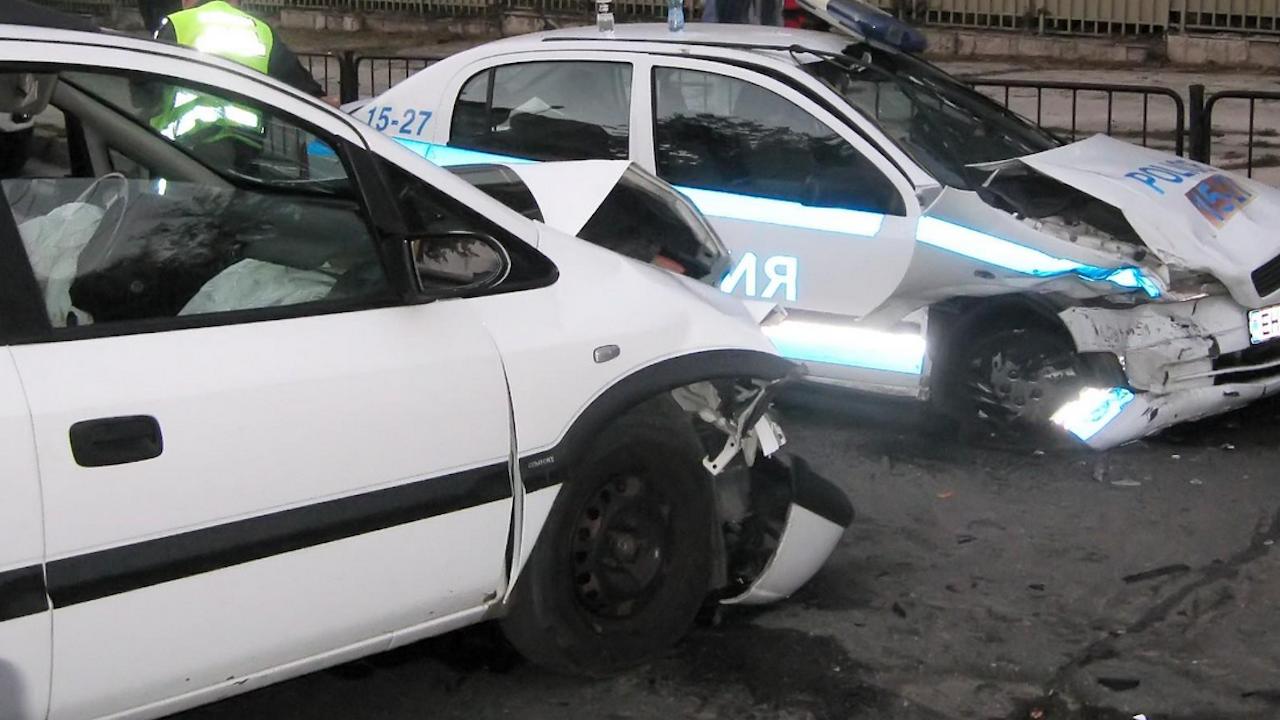 Блъснаха патрулка докато полицаи пишат акт