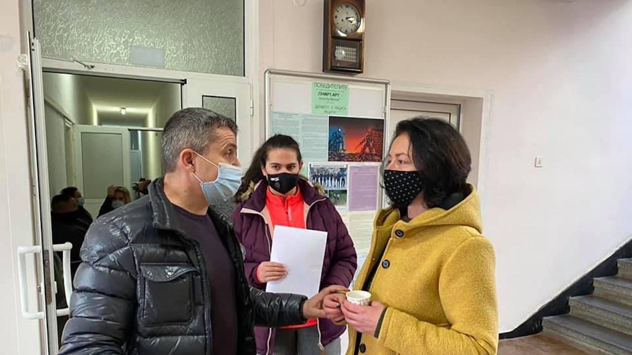 Депутатът от ГЕРБ д-р Красимир Събев консултира желаещи да се ваксинират в Смолян