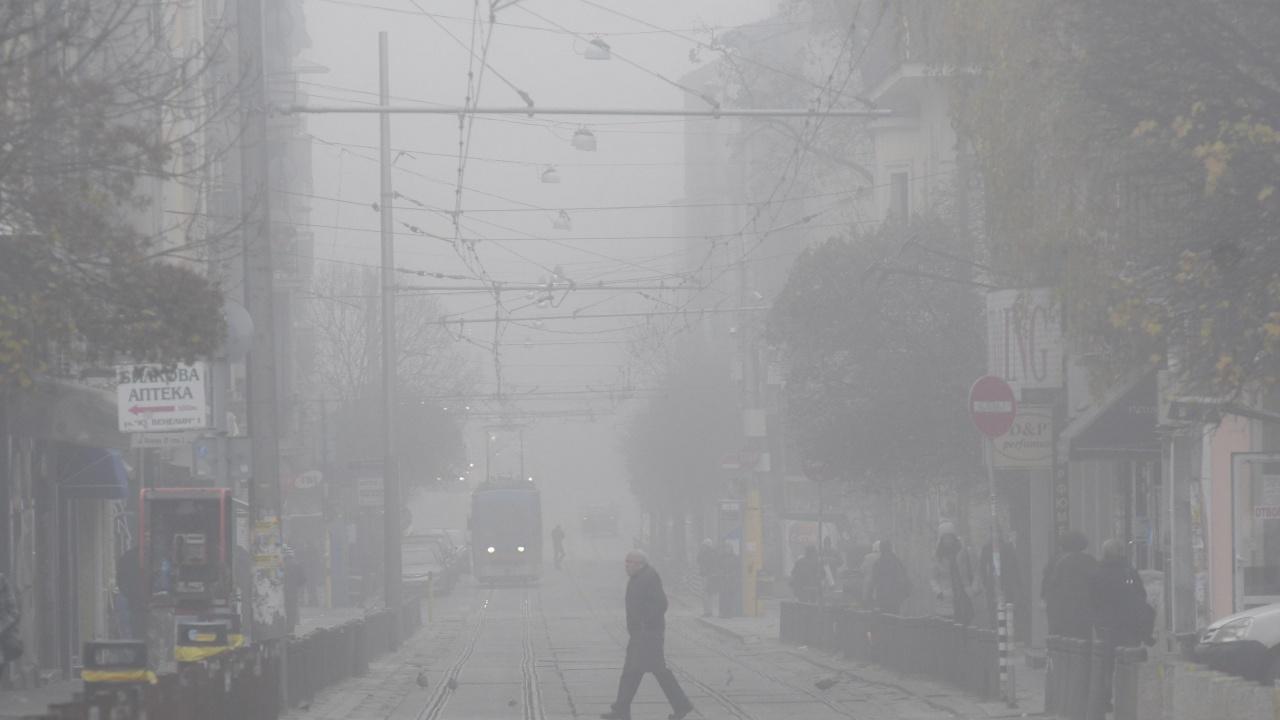 Мъгла забули София тази сутрин, мият улиците