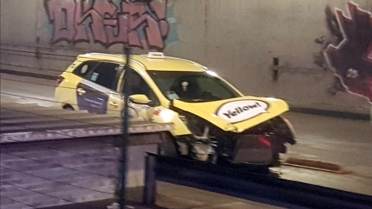 Такси катастрофира в тунела на НДК