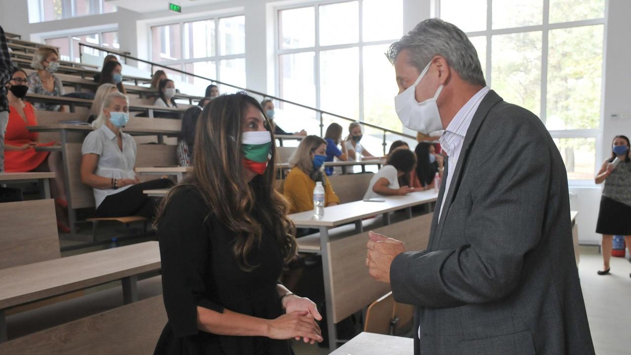 U.S. посланикът у нас: Не вярвам на конспирации, ще се ваксинирам срещу COVID-19