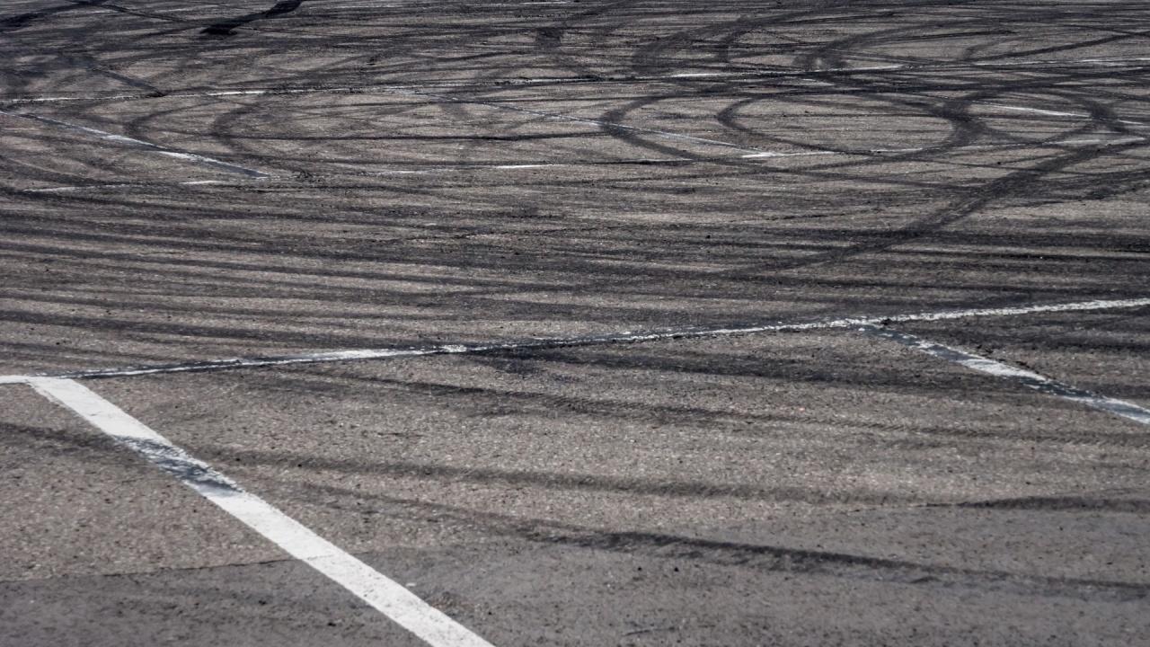 Младежи дрифтят в късните часове на паркинг в Ямбол