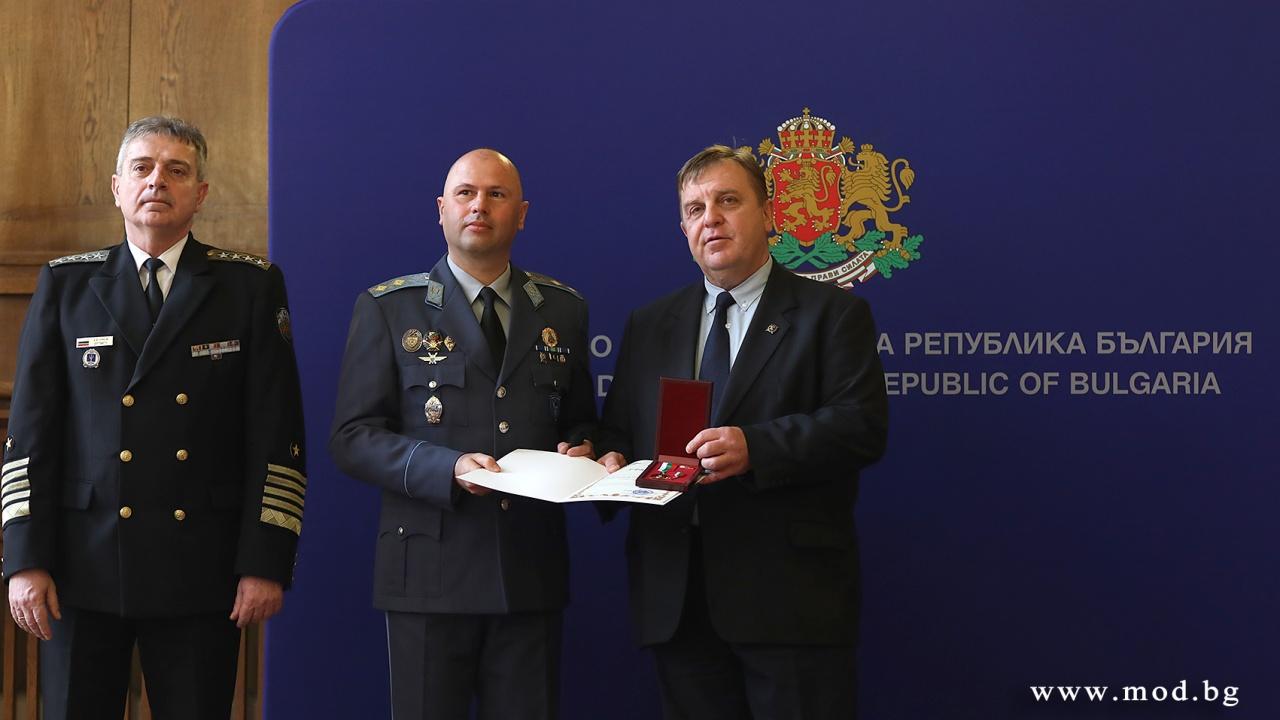 Красимир Каракачанов отличи военнослужещи и цивилни експерти за работата им по проектите за модернизация
