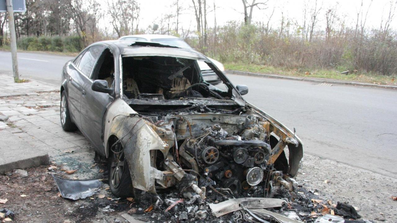 Четири автомобила изгоряха в двор в кюстендилско село