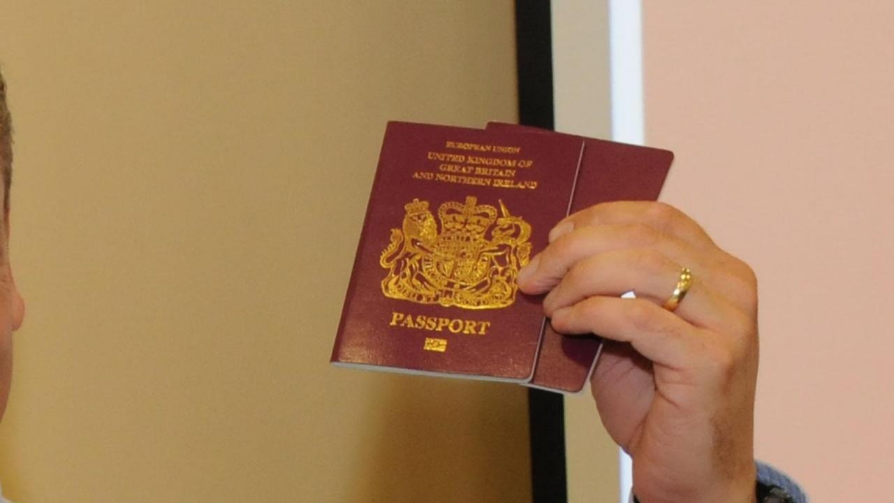 Има или не съпругата на Християн Мицкоски български паспорт?