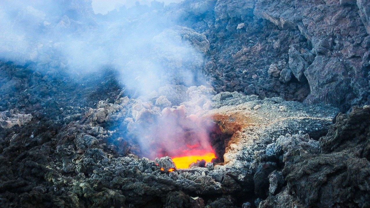 Вулканът Етна изнася поредното си зрелищно представление