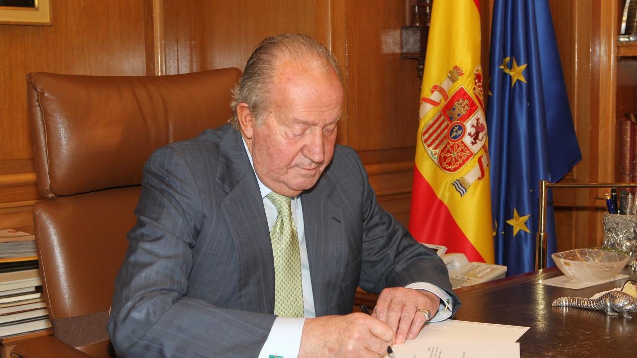 Бившият крал Хуан Карлос е превел милиони евро на испанските данъчни власти