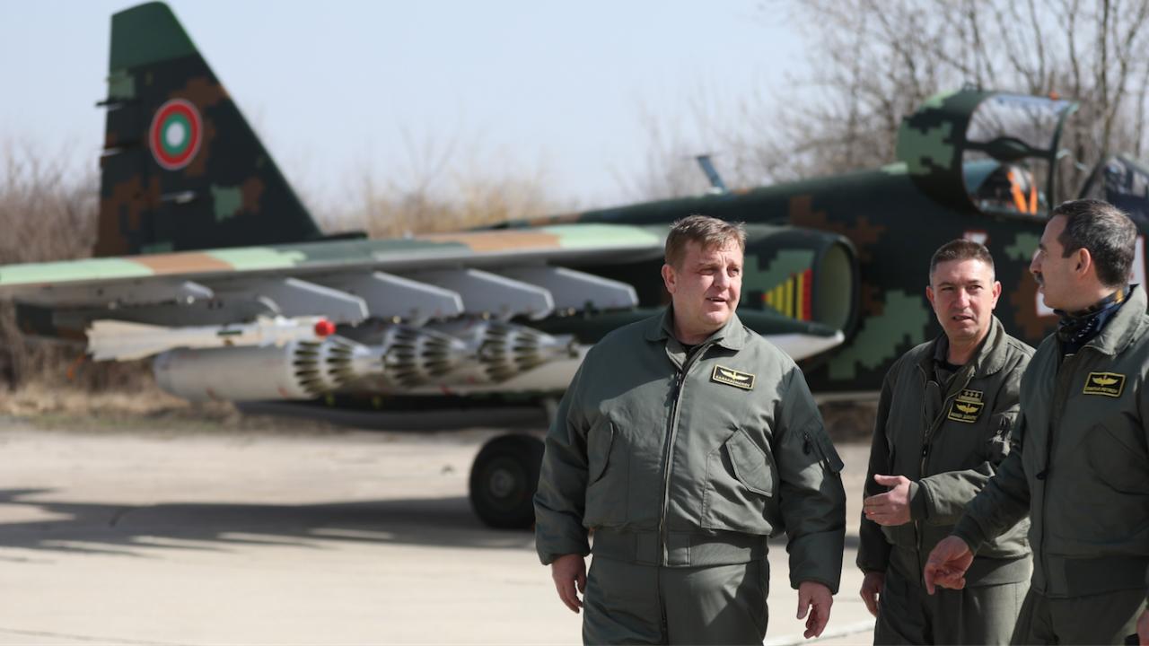 Министърът на отбраната лично се увери във възможностите на ремонтираните самолети Су-25