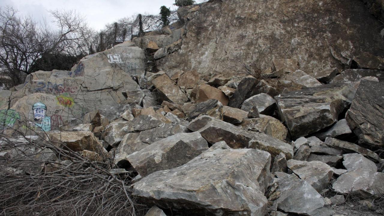 Скална маса затвори частично пътя Асеновград - Смолян