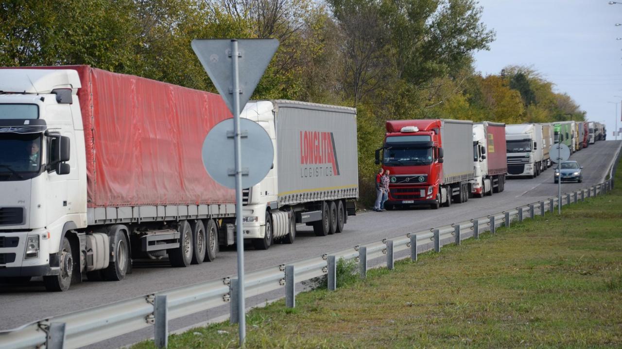 """Трети ден шофьори на камиони чакат часове наред на граничния пункт """"Кулата"""""""