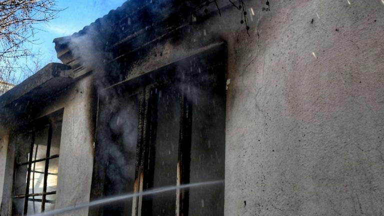 Майка хвърли децата си от третия етаж, за да ги спаси от пожар