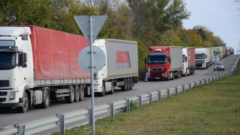 Трети ден шофьори на камиони чакат часове наред на граничния пункт