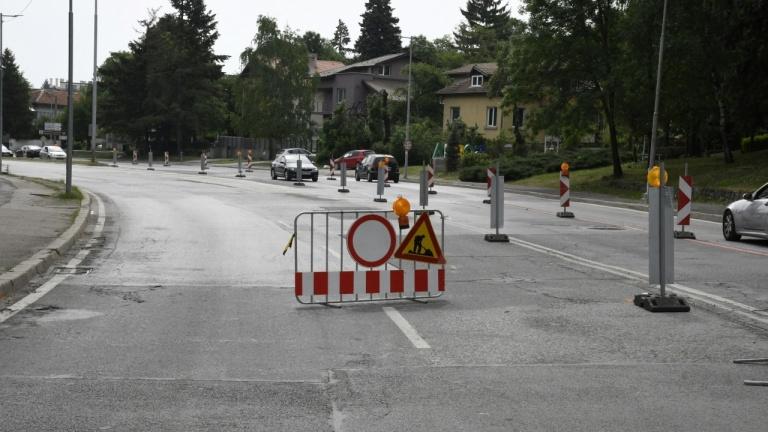 Тежки камиони рушат основния път в пернишкото село Кладница