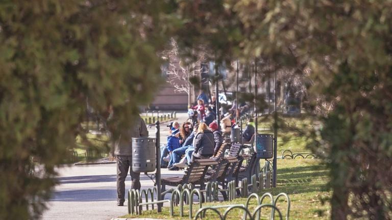 Живот кипи в София: Улици и паркове пълни с хора в последния ден на февруари