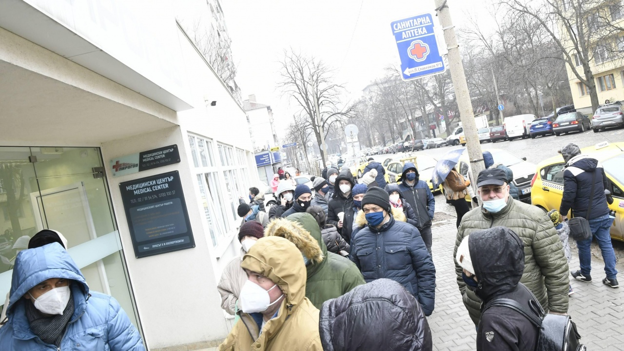"Напрежение пред ваксинационните кабинети на ""Пирогов"""