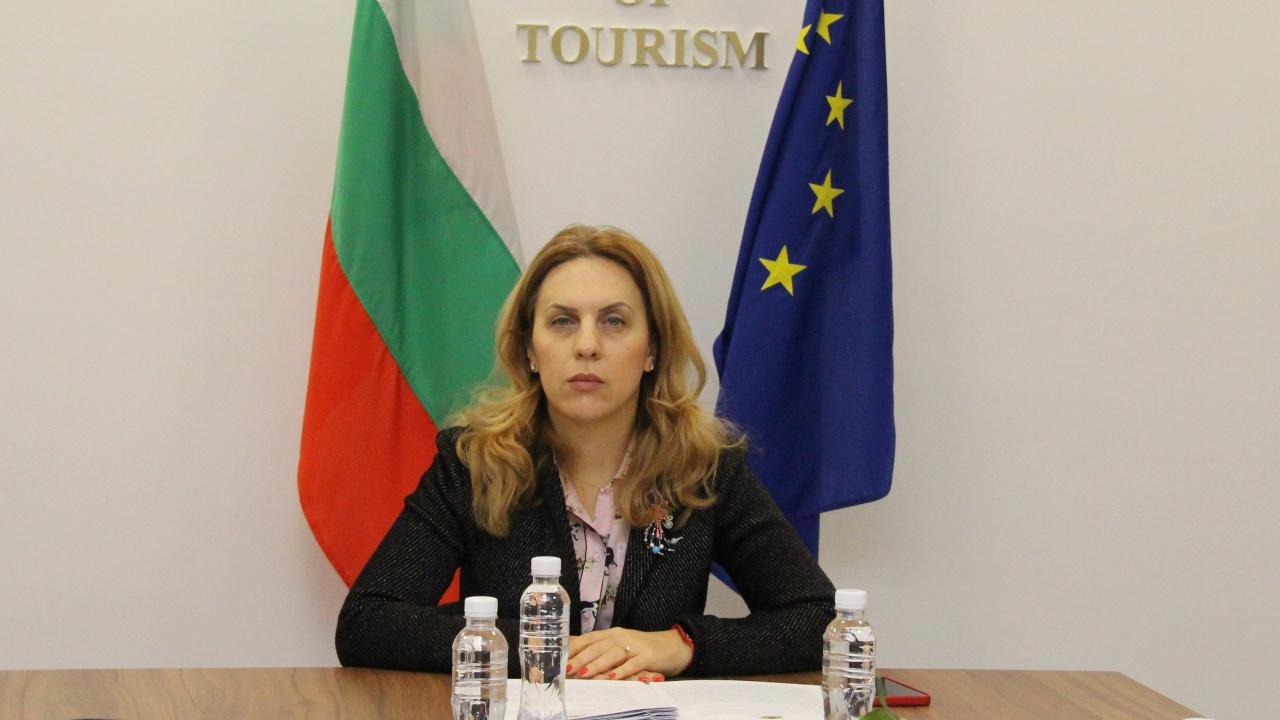 """Николова: Подкрепяме """"бързите зелени коридори"""" за ваксинирани от COVID при пътуване"""
