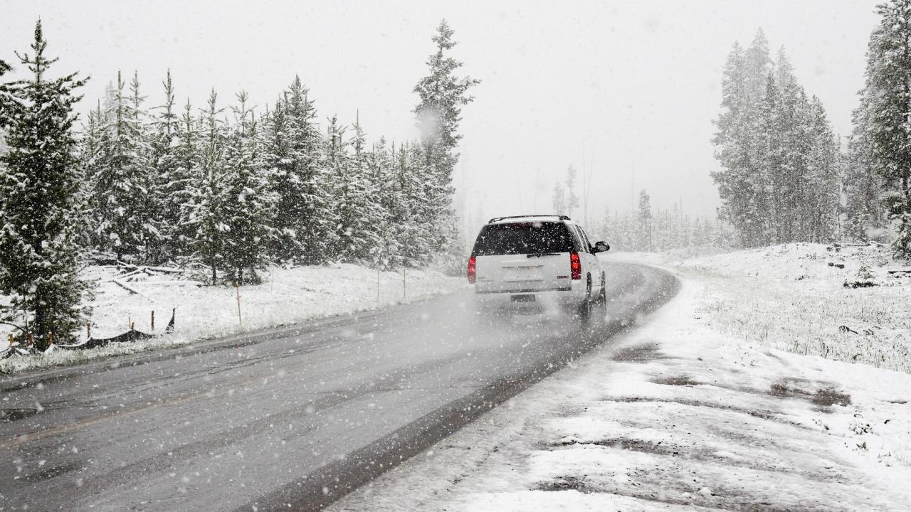 Сняг вали по високите части в област Смолян, пътищата са проходими при зимни условия