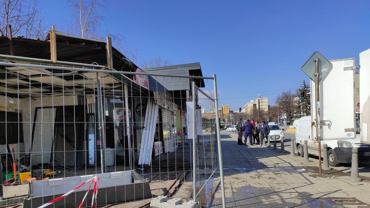 Премахват павилионите пред УНСС