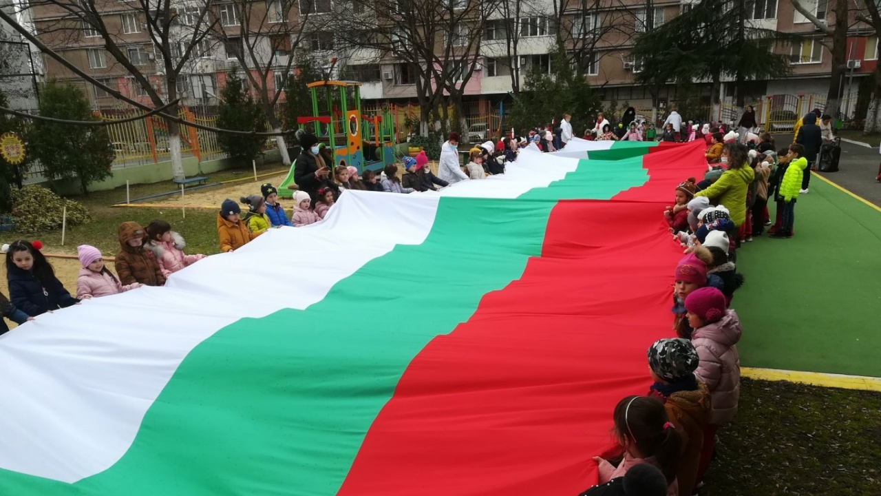 Деца развяха 25-метров трикольор