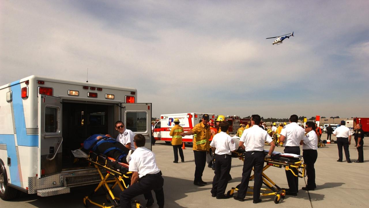 Най-малко 15 загинали при сблъсък на претоварена кола и камион в Калифорния