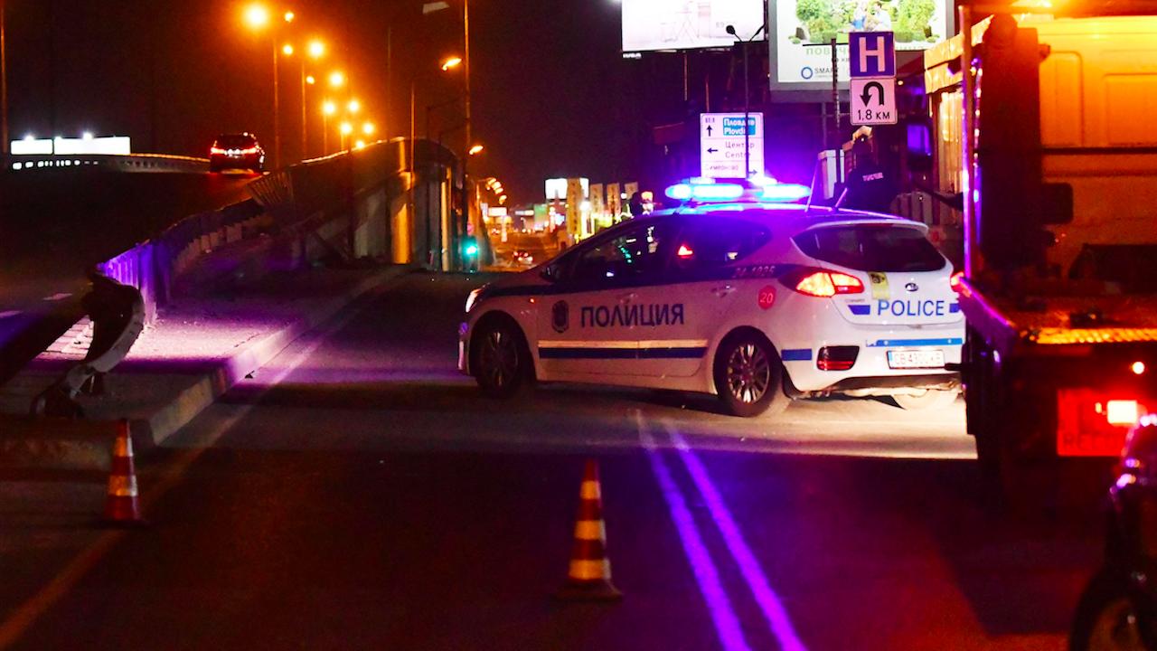 Камион помете двама пешеходци край София