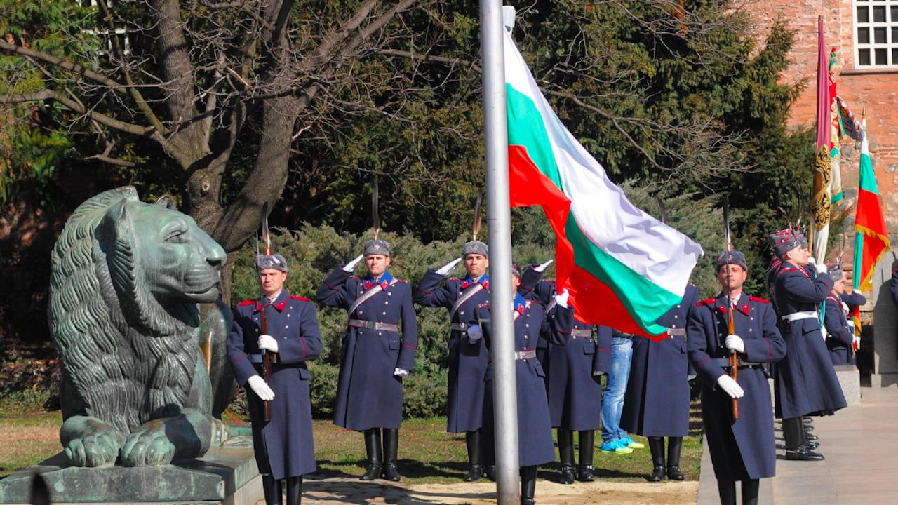 Издигнаха националното знаме на България по случай 3 март
