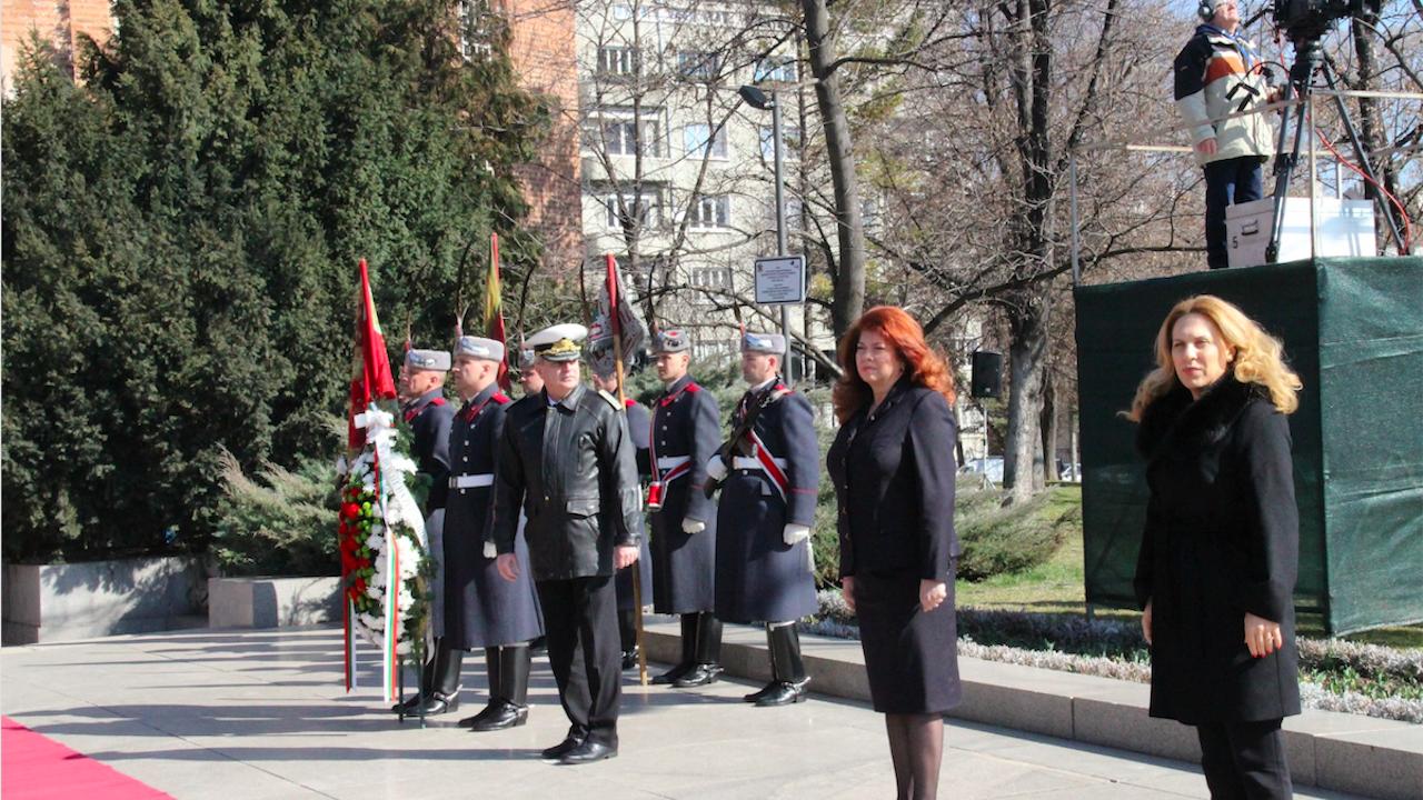 Марияна Николова взе участие в церемонията по издигане на националното знаме за 3 март