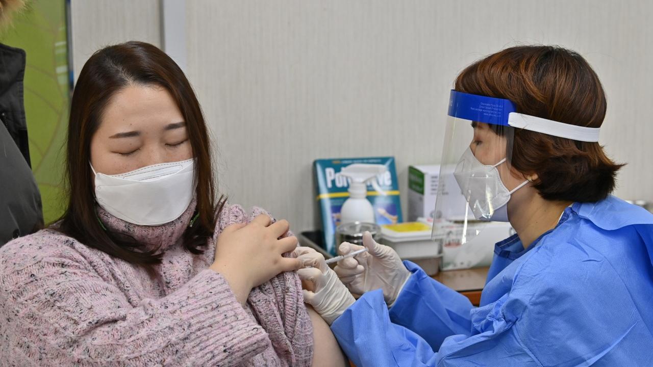 """Петима починаха в Южна Корея след ваксиниране с """"АстраЗенека"""""""