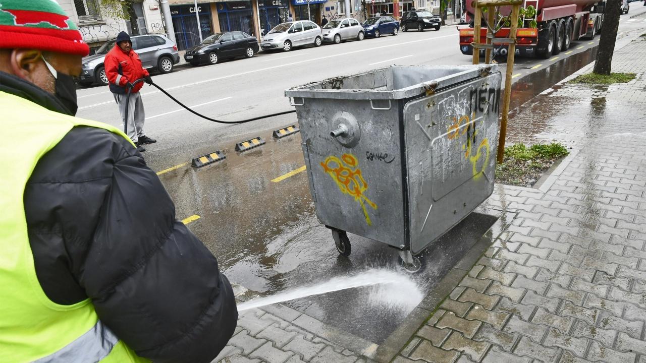 Продължава миенето на столичните булеварди