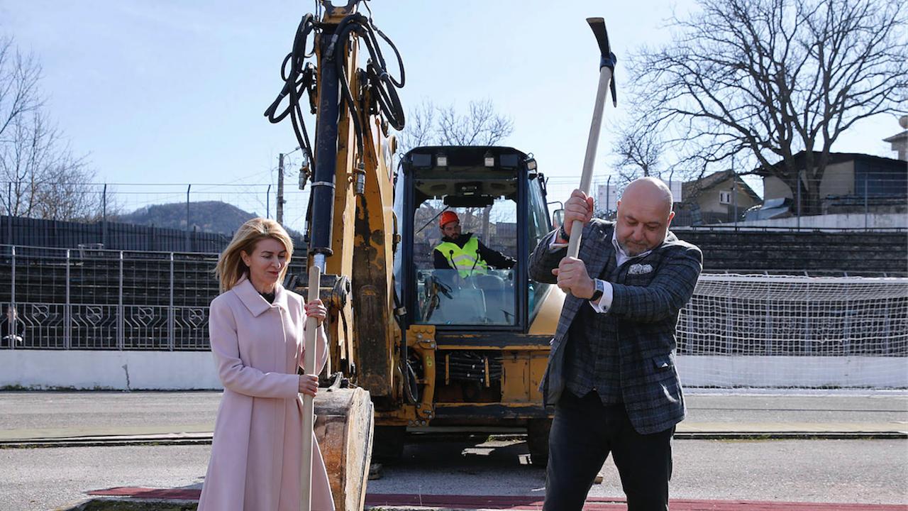 Красен Кралев направи първа копка на изграждането на лекоатлетическа писта на стадиона в Габрово
