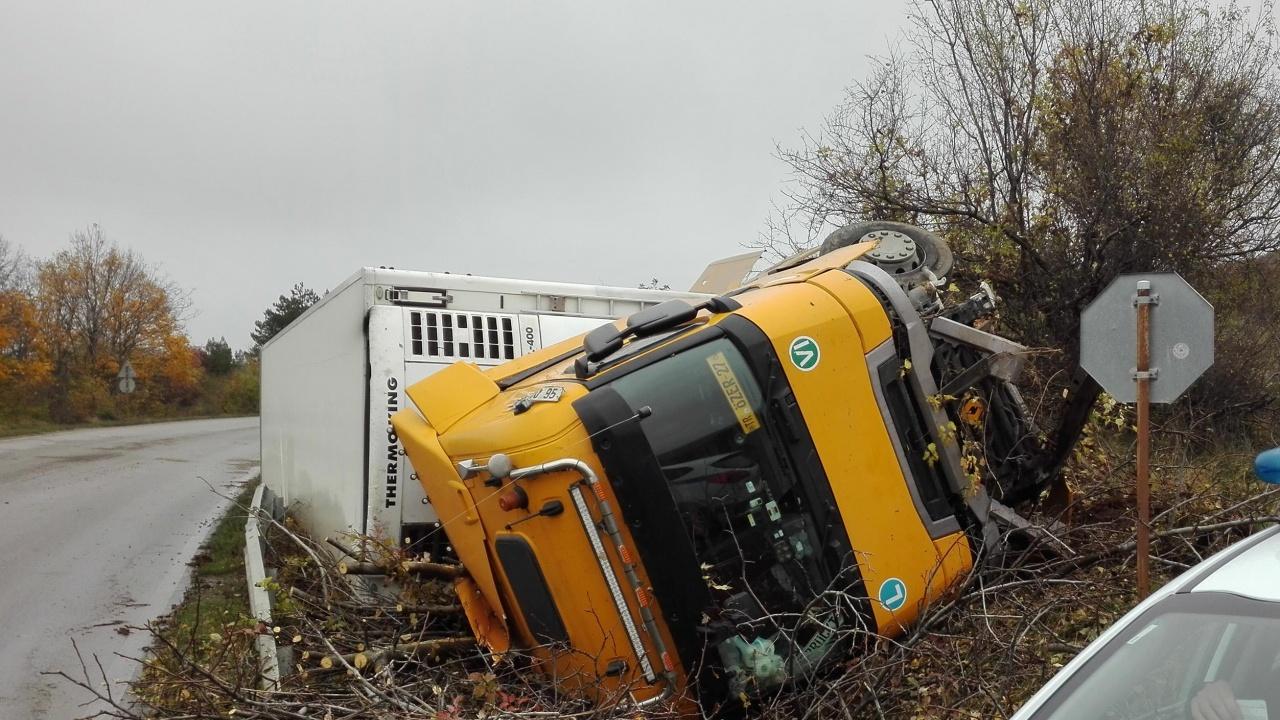 Камион излетя в канавка край Пловдив