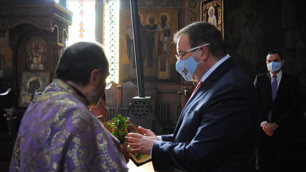 Проф. Костадин Ангелов дари икона на катедралния храм във Велико Търново
