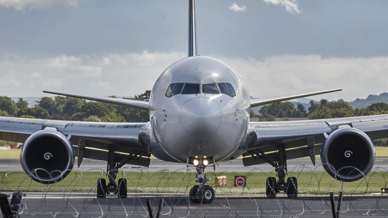 Самолет кацна аварийно на летище София заради буйстващ пасажер
