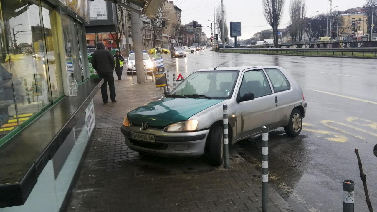 """Шофьор качи колата си на тротоара на бул. """"Сливница"""" в София"""