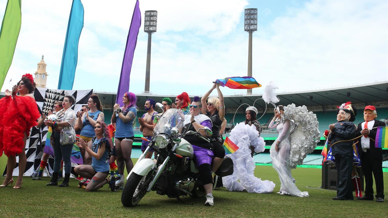 Традиционният гей парад в Сидни се проведе на стадион вместо в центъра на града