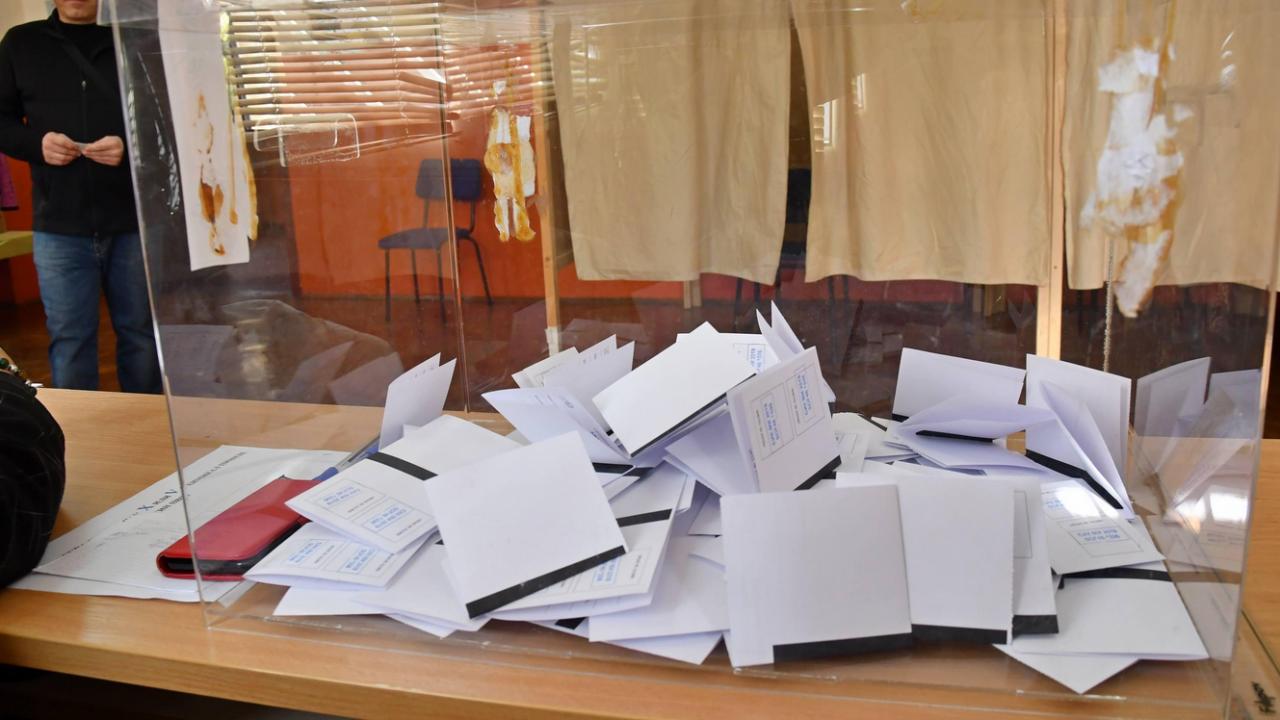 """""""Политико"""": ГЕРБ увеличава преднината си пред БСП"""