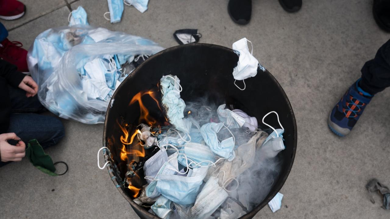 Протестиращи в щата Айдахо изгориха маски на протест срещу ограниченията